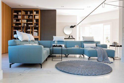 Kolekcja Plain - nowoczesna tapicerowana sofa modułowa z funkcją rozkładanego podnóżka.